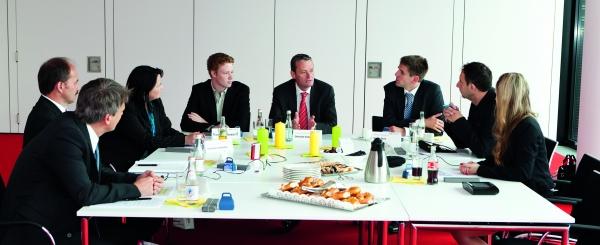Fachkompetenz des Werkzeug- und Fromenbaus zum Thema Produktionseffizienz an einem Tisch. (Bildquelle: Redaktion Plastverarbeiter)