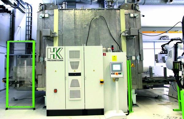 Im Umluftofen werden erstmals 3D-Teile durch die zwei Kammern befördert und dabei schonend und gleichmäßig auf Prozesstemperatur erhitzt und durchwärmt. (Bildquelle: HK Präzision)