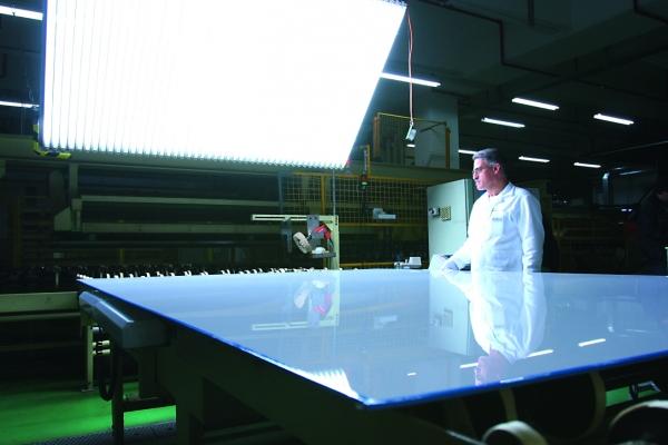 Die Kunststoff-Scheiben werden nach der Luftfahrtnorm zertifiziert und dürfen keine optischen Fehler aufweisen. (Bildquelle: Evonik Industries)