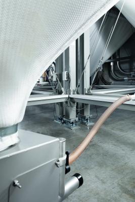 Die flexiblen Silos, mit einem Fassungsvermögen von  jeweils 27,6 t, haben einen quadratischen Querschnitt,  was den Vorteil einer besseren Raumausnutzung hat.  (Bildquelle: A.B.S. Silo- und Fördertechnik)