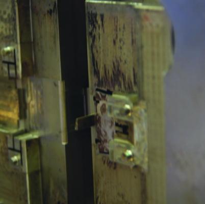 Der Vorher-Nachher-Vergleich Für die Reinigung werden vom Trockeneisblock feine Micro-Partikel abgeschabt. Diese bilden feinen Reinigungsstrahl, der eine schonende Behandlung ermöglicht. (Bildquelle: Cold Jet Deutschland)