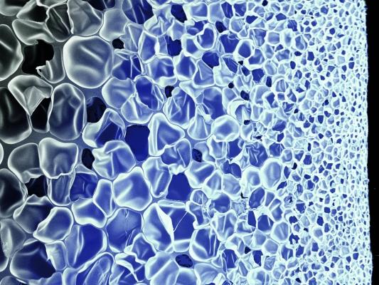 Der geschlossenzellige Partikelschaum besitzt ein herausragendes Rückstellvermögen und eine besonders hohe Dauerbelastbarkeit in einem breiten Temperaturfenster. (Bildquelle: BASF)