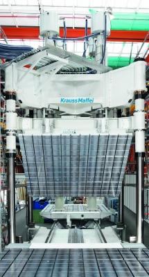 Mit rund 13 m2 Aufspannfläche ist dies einer der größten gefertigten Formenträger für LFI-Bauteile. (Bildquelle: Krauss Maffei)