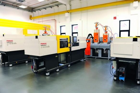 Im Technikzentrum sind neben vollelektrischen Spritzgießmaschinen, Roboter mit einheitlicher CNC-Steuerung/Regelungsplattform auch Draht-Erodiermaschinen im Einsatz. (Bildquelle: Motan-Colortronics )