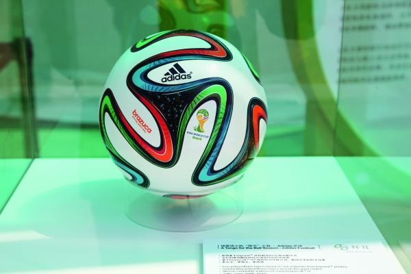 Nachhaltigkeit selbst bei der Fussball-WM in Brasilien - zumindest beim Spielgerät. (Bildquelle: Adsale Exhibition Services / Bayer)