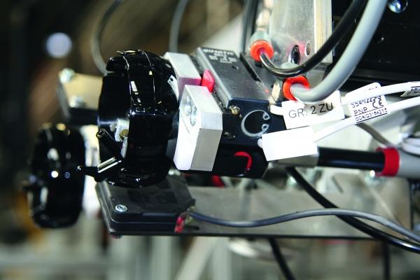 Um die Hochglanzoberflächen nicht zu beschädigen greift die Entnahmeeinheit die Teile von innen. Dabei entnimmt sie vier Teile gleichzeitig aus dem Werkzeug. (Bildquelle: Gimatic / Fischer Automotive System)