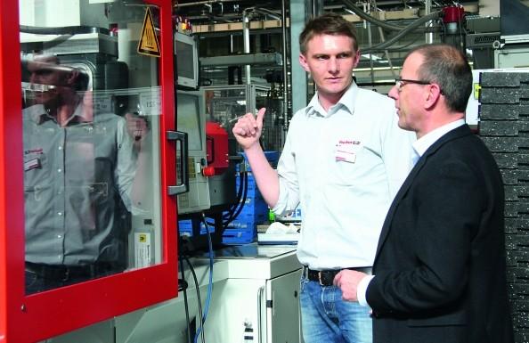 Waldemar Schander (l.) findet die räumliche Nähe beider Unternehmen wichtig. Optimierungswünsche können so vor Ort besprochen werden; rechts im Bild Johannes Lörcher. (Bildquelle: Gimatic / Fischer Automotive System)
