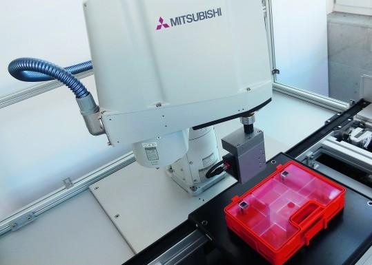 10 s benötigt der Messroboter zur vollautomatischen optischen Vermessung dreidimensionaler Strukturen wie der Dichtungsgeometrie eines Verbandskastens. (Bildquelle: Mitsubishi Electric/MPH)