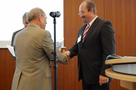 Ministerialrat Dr. Belter (Bundesministerium für Wirtschaft und Technologie) überreicht die Urkunde für die Netzwerkförderung an Dr. Wolfgang Sening. Bild: Senetics