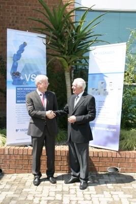 Manfred Stern (l.), Präsident von Yaskawa Europe, und Terry Rosenberg, Geschäftsführer und zukünftiger Präsident von Yaskawa Southern Africa (Bild: Yaskawa)