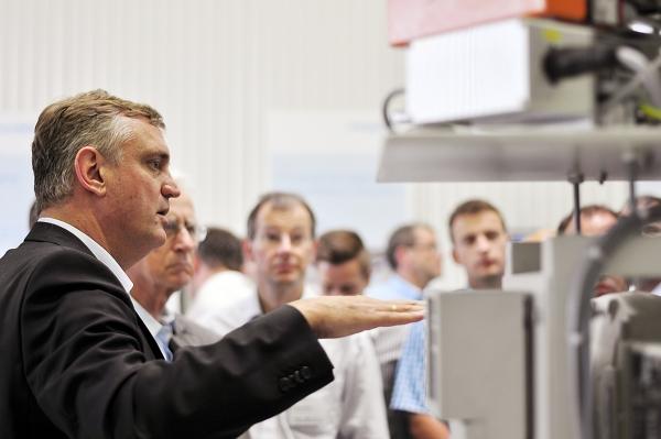 Peter Putsch, Erfinder der DCIM-Technologie, erläuterte an einer Prototyp-Anlage die Funktionsweise des DCIM-Moduls (Bild: formation01.com)