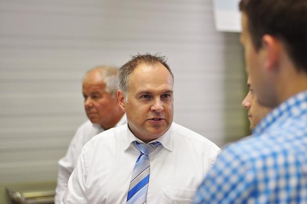 Timo Günzel, Leiter des Vertriebs- und Servicezentrums von Kraussmaffei Technologies (Bildmitte), war ein gefragter Gesprächspartner auf dem Schkopauer Innovationstag (Bild: formation01.com)