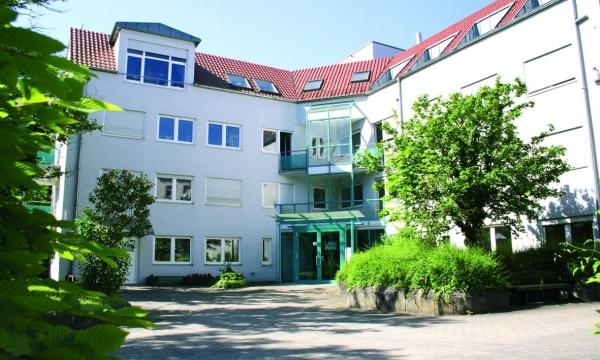 Das Deutsche Forschungszentrum für Künstliche Intelligenz (DFKI) und Wibu (im Bild die Firmenzentrale in Karlsruhe) erforschen gemeinsam geeignete Schutzmechanismen für Industrieunternehmen gegen verschiedene Bedrohungsarten und setzen die  Abwehr (Bildquelle: Wibu)