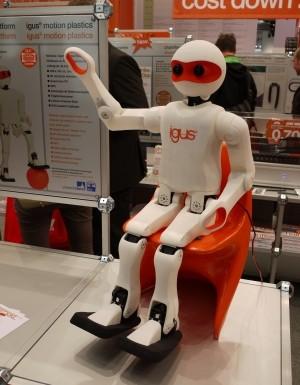 Igus zeigte auf der Hannover Messe einen Fußball-Roboter, der im 3D-Druck entstanden ist. (Bildquelle: Redaktion IEE)
