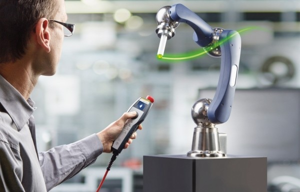 Das mit dem 1. Platz des Robotics Award gekürte Handbediengerät Ke-Top T10 Directmove ermöglicht ein intuitives Teach-in von Robotern.  (Bildquelle: Keba)