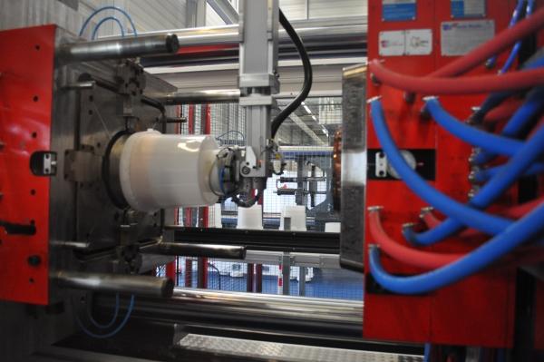 Die Großmaschine mit 5.800 kN Schließkraft wurde auf der Hausmesse den 1.200 Fachbesuchern erstmalig vorgestellt. (Bildquelle: Redaktion Plastverarbeiter)