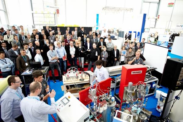 Die Product Demonstration Area ist auf der Composites Europe ein Besuchermagnet – Interessierte können sich ein Bild von laufenden Prozessen, Verfahren und Exponaten machen. (Bildquelle: Composites Europe)
