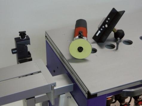 Der Stirnfräsanschlag und der Fräsmotor lassen sich mit wenigen Handgriffen von der Maschine trennen.