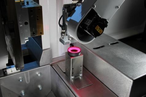 In die Maschinensteuerung integriert übernimmt die Kamera mit LED Beleuchtung die Anwesenheitskontrolle sowie die Prüfung von Konturabweichungen. Bild: Wittmann Battenfeld