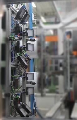 Durch erweiterbare Module werden gelabelte Objekte in beliebiger Drehlage dem Kamerasystem präsentiert, eine Zusatzoption, die bei runden Etiketten die Überprüfung erst möglich macht.  (Bildquelle: Intravis)