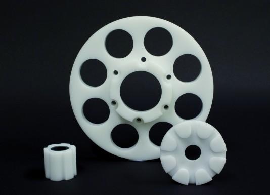 Bauteile aus dem 10/2011-konformen Kunststoff Tecaform AH des Unternehmens. (Bildquelle: Ensinger)