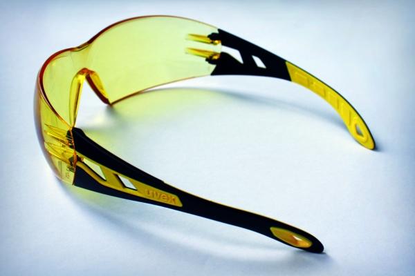 Das metallfreie Bügelkonzept der uvex Schutzbrille pheos. (Bildquelle: K. D. Feddersen Holding)