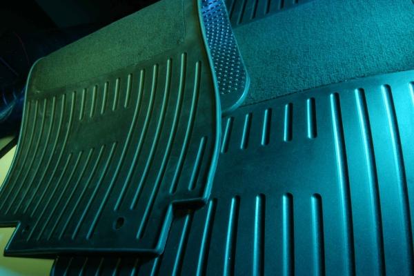 Für Fahrzeugmatten muss der Werkstoff eine hochgradige Kratz- und Abriebfestigkeit aufweisen. (Bildquelle: Hexpol TPE)