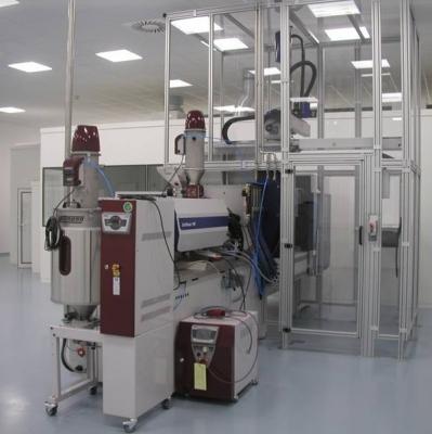 Automatisierte vollelektrische Spritzgießmaschine mit Einhausung und angeschlossenem Reinraum.  (Bildquelle: TITK )