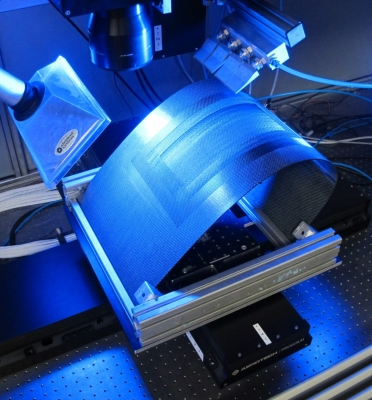 Der Laser trägt die beschädigte Stelle schichtweise ab (Bildquelle: LZH)