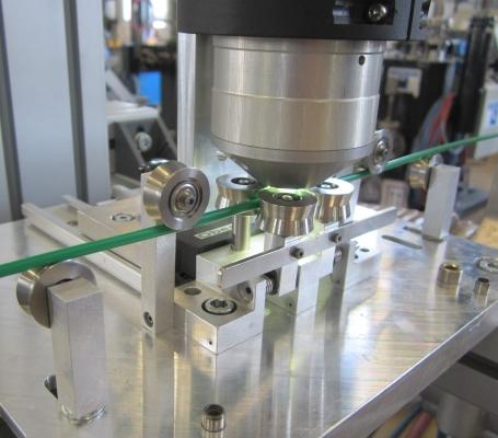 Das System misst über einen Miniatur-Messkopf berührungslos direkt am Kunststoff-Strang (Bildquelle: Colorlite)